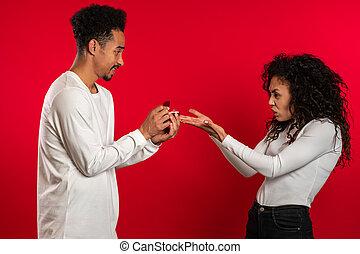 studio, désordre, fond, jeune, gift., femme, anneau, mais, africaine, aimer, amant, mariage, homme, proposition, ne fait pas, sien, rouges, marques, décue, couple.