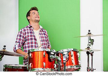studio enregistrement, tambours, professionnel, mâle, jouer