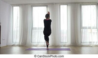 studio, femme, yoga, exercice, étirage