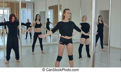 studio, groupe, sportif, danse, exercisme, jeune, poteau, femmes, classe, chauffage, avant