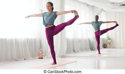 studio, hand-to-big-toe, vrouw, yoga houding