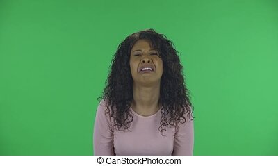 studio., jeune, américain, ondulé, africaine, écran, faire gestes, femme, tension, ennuyé, beau, beige, chemisier, jean, brûlé, portrait, irritation, exprimer, cheveux verts, anger., brunette