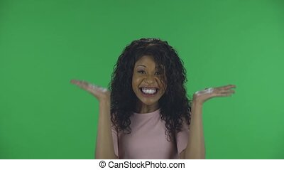 studio., jeune, appareil photo, mood., exécute, américain, ondulé, africaine, écran, regarder, femme, beige, beau, chemisier, joie, jean, brûlé, portrait, danse, vert, bon, cheveux, brunette