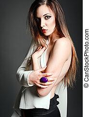 studio, mode, shot:, een, sexy, mooi, meisje, in, witte , jas, tegen, grijze achtergrond