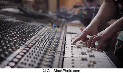 studio, strzał, klawiatura, pozwy, nowoczesny, do góry, mikser, człowiek, nagranie, osoba, muzyka, zamknięcie, siła robocza, trzaski