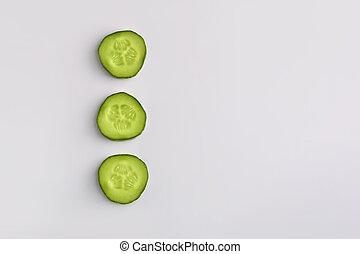 studio, vertical, tranches, arrière-plan., concombre, frais, blanc vert, rang