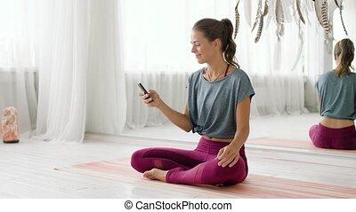 studio, vrouw, smartphone, yoga