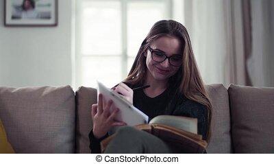studying., femme, séance, jeune, sofa, étudiant, heureux