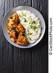 stufato, piccante, verticale, costole, servito, close-up., riso bianco, salsa, vista superiore