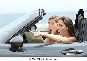 stupito, ragazze, macchina, indicare, lontano