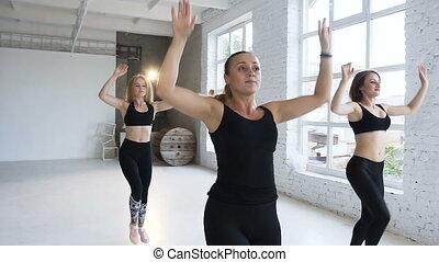 styl życia, zdrowy, dodatni, spełnianie, młody, krok aerobics, stosowność, kobiety, uśmiechanie się, sport, studio., szczęśliwy
