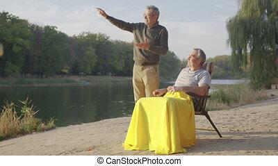 style de vie, amis, personne agee, vieux, loisir, avoir, parler, heureux, hommes, temps, retraite, groupe, amusement, sourire, aînés, actif, parler., outdoor., mâle