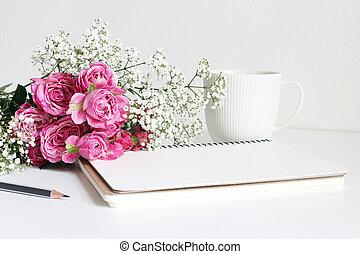 styled, bestand, photo., closeup, von, brautstrau��, gemacht, von, rosafarbene rosen, und, atem babys, gypsophila, blumen, liegen, weiß, tisch., weiblich, stilleben, leer, notizbuch, bleistift, und, weißer becher, von, coffee.
