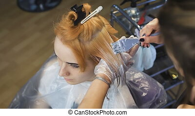 Stylist Beauty Studio causes the paint to hair to locks of blonde.