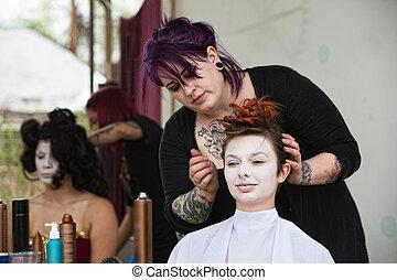 stylista, wkuwanie włos