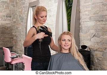 stylista, wysuszający, włosy, od, uśmiechanie się, samica,...
