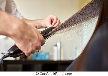 stylista, z, żelazo, wyprostowując, włosy, na, salon