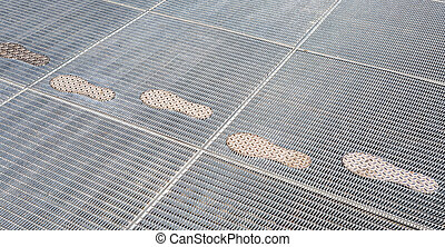 Stylized traces on the metal lattice