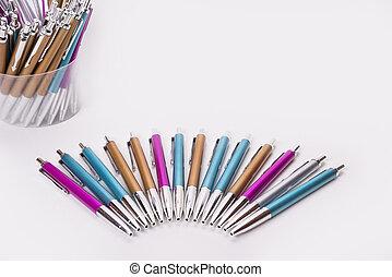 stylos, coloré, fond, moitié, cercle blanc