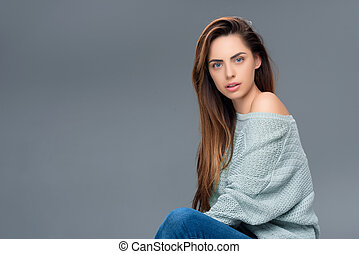 suéter, isolado, cinzento, olhar, câmera, atraente, elegante, menina