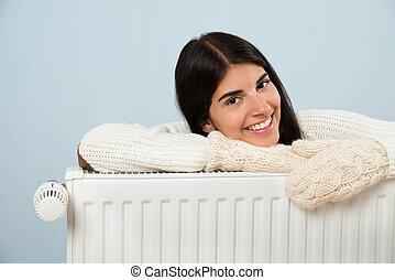 suéter, mulher, radiador, inclinar-se