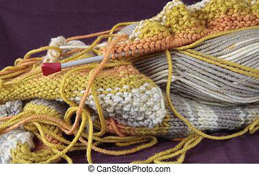 suéter, tricotando