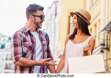 su, compras, calle, otro, hermoso, proceso de llevar, tiempo, juntos., ambulante, joven, cada, mientras, mujer, emparéjese hablando, bolsas, sonriente, amoroso, el gozar