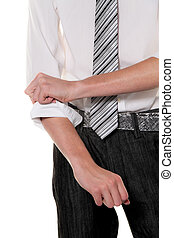 A young man rolls up his sleeves rfolgreicher