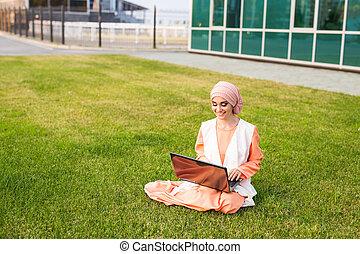 succesvolle , arabier, vrouw, en, laptop., arabier, businesswoman, vervelend, hijab, doorwerken, een, draagbare computer, in, de, park.
