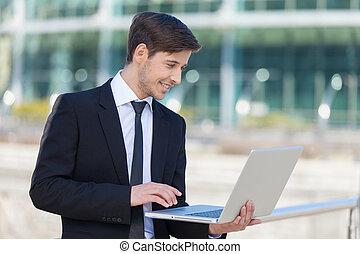 succesvolle , draagbare computer, mannen, jonge, formalwear...