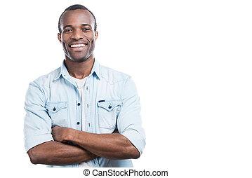 succesvolle , en, vrolijke , man., mooi, jonge, zwarte man, het behouden, gekruiste wapens, en, het glimlachen, aan fototoestel, terwijl, staand, tegen, witte achtergrond