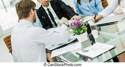 succesvolle , handel team, het bespreken, een, nieuw, contracteren, op, de, werkplaats, in, de, kantoor.