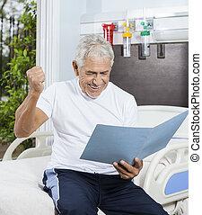succesvolle , hogere mens, kijken naar, rapporten, in, rehab, centrum