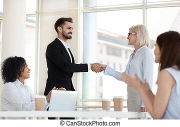 succesvolle , uitvoerend, congratulat, werknemer, oud, handshaking, vrolijke