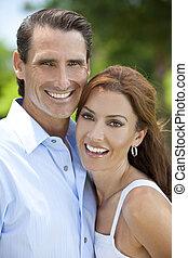 succesvolle , vrolijke , middelbare leeftijd , man en vrouw, koppeel buiten