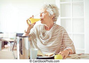 succo, bere, donna, anziano
