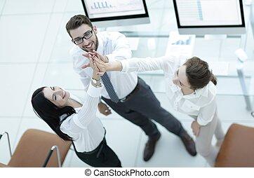 sucedido, equipe negócio, dar, um ao outro, um, alto cinco, .