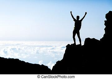 sucesso, homem, silueta, mochileiro, em, montanhas