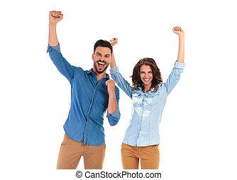 sucesso, par, jovem, cima, celebrando, mãos, feliz