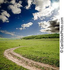 sucio, camino, va, a, horizonte, debajo, cielo nublado, con, sol