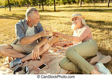 suco, par, envelhecido, bebendo, encantado