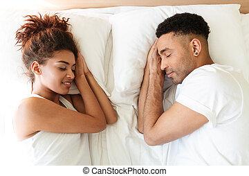 sueño, joven, africano, par cariñoso, mentiras, cama