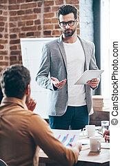 suggestion?, オフィス, 何か, 持ちなさい, テーブル, (どれ・何・誰)も, タブレット, 若い, 協力者, デジタル, あなた, ハンサム, 身に着けていること, 彼の, 保有物, モデル, 聞くこと, 彼, 人, 間, 論じる, ガラス