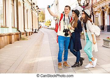 sujeito, e, duas meninas, levando, selfies, com, telefone móvel