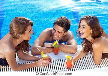 sujeito, flertar, com, duas mulheres, em, a, piscina