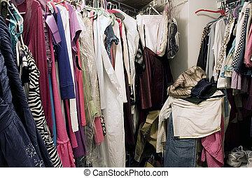 sujo, desorganizado, armário, cheio, de, roupas suspensas