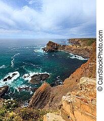Summer Atlantic ocean coastline (Algarve, Portugal). - ...
