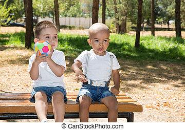 summer., nature, il, peu, américain, balle, football, usage, sport, bébé, africaine, caucasien, boys:, concept, parc