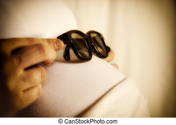 sun glasses on baby bump