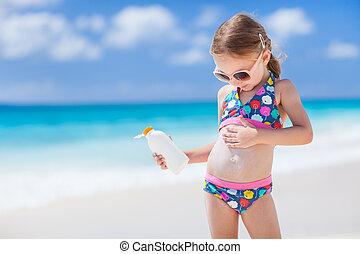 Sun protection - Adorable little girl at tropical beach...